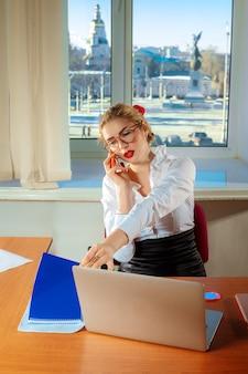 Sekretär in einem büro. geschäftskonzept
