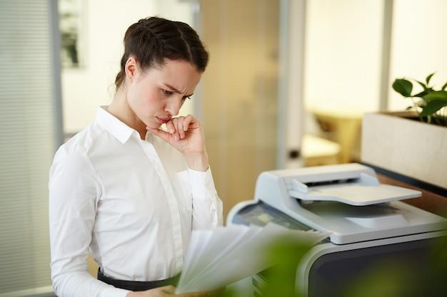 Sekretär mit papieren