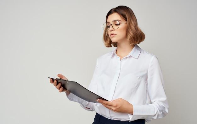 Sekretärin der geschäftsfrau mit dokumenten in den händen des managerbrillenordners.