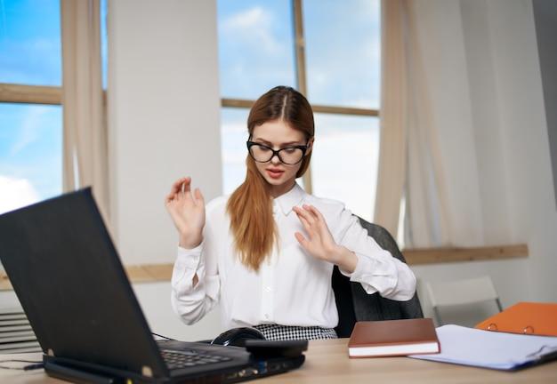 Sekretärin sitzt vor laptop-bürotechnik-profi