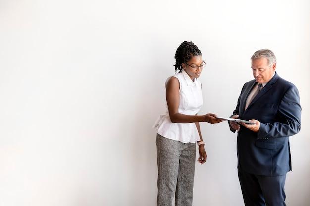 Sekretärin zeigt ihrem chef ein projekt