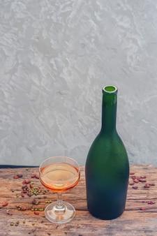 Sektflasche gefrorene frucht auf glas, draufsicht
