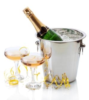 Sektflasche im eimer mit eis und gläsern champagner, isoliert auf weiß