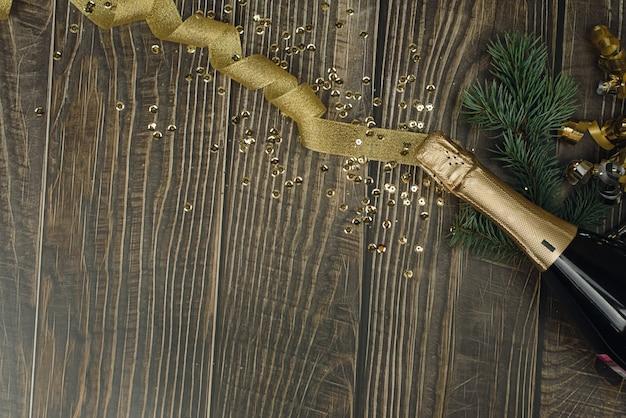Sektflasche mit goldenem lametta, band und confett