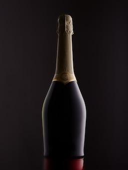 Sektflasche silhouette isoliert auf dunklem hintergrund beleuchtet von einer hintergrundbeleuchtung