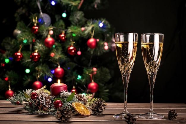 Sektgläser auf einem funkelnden neujahrshintergrund