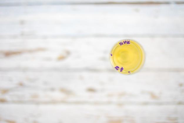 Sektglas auf weißem holztisch in lavendelfeldern in tschechien