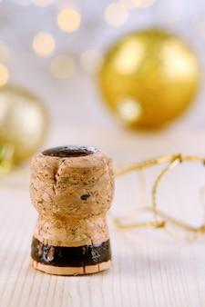 Sektkorken auf weihnachtsbeleuchtung hintergrund