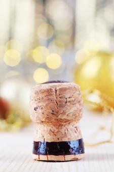 Sektkorken auf weihnachtsbeleuchtung