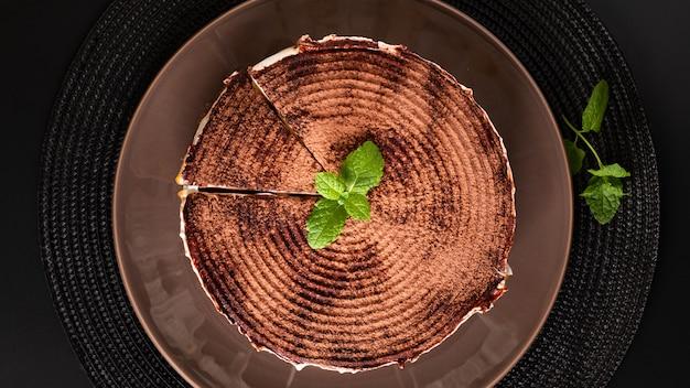 Selbst gemachte banoffee torte des lebensmittelnachtisch-konzeptes auf schwarzem hintergrund