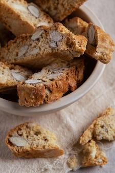 Selbst gemachte biscotti cantuccini-italiener-mandelbonbon-keks-plätzchen auf hellem hintergrund-nachtisch.