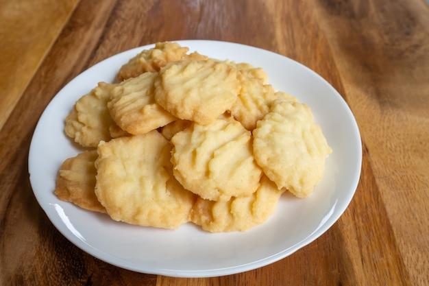 Selbst gemachte butterplätzchen auf holztisch. süßer nachtisch.