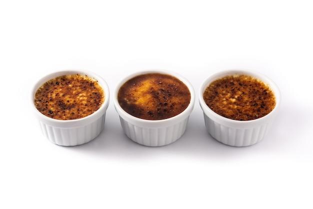 Selbst gemachte crème brûlée in der schüssel lokalisiert auf weißem hintergrund