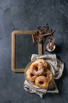 Selbst gemachte donuts mit zuckerpulver