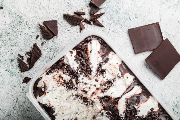 Selbst gemachte eiscreme mit schokoladenchips. erfrischender nachtisch für feinschmecker. stracciatella.