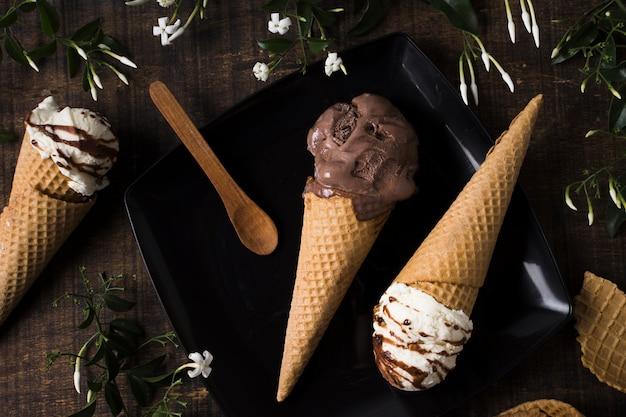 Selbst gemachte eistüten der draufsicht mit schokolade