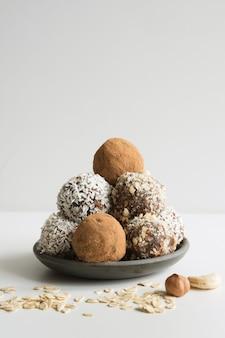 Selbst gemachte energiekugeln mit kakao, kokosnuss. gesundes essen für kinder und veganer, süßigkeitenersatz.