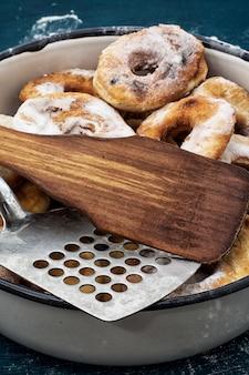 Selbst gemachte gebackene schaumgummiringe auf einer platte