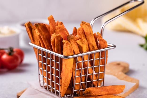 Selbst gemachte gebackene süßkartoffelpommes-frites mit ketschup