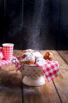 Selbst gemachte gebratene bälle mit puderzucker.
