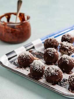 Selbst gemachte gesunde paleo-rohe schokoladen-trüffeln oder bälle.