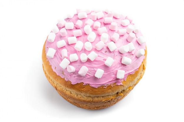 Selbst gemachte glasierte und verzierte rosa osterkuchen lokalisiert auf einem weißen hintergrund. seitenansicht.