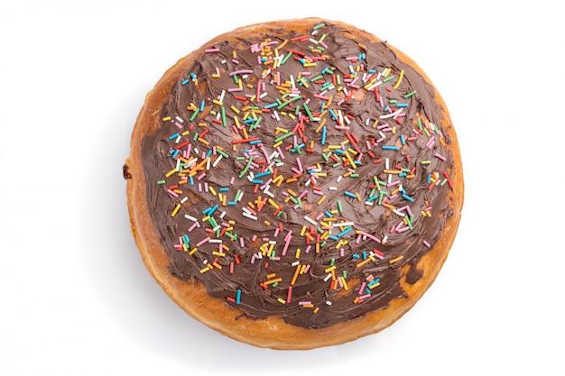 Selbst gemachte glasierte und verzierte schokoladen-osterkuchen lokalisiert auf einem weißen hintergrund. draufsicht