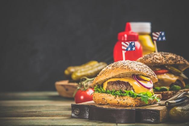 Selbst gemachte hamburger auf hölzernem hintergrund, raum für text