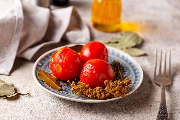 Selbst gemachte in essig eingelegte tomate mit gewürzen