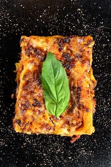 Selbst gemachte italienische lasagne mit tomatensauce und rindfleisch