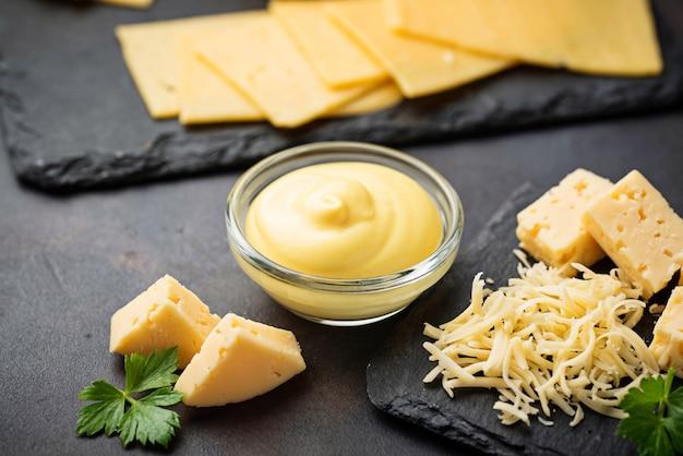 Selbst gemachte käsesoße in der glasschüssel