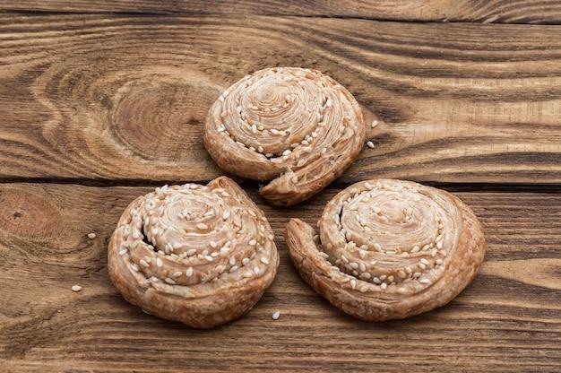Selbst gemachte kekse mit samen des indischen sesams auf einem holztisch