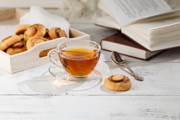 Selbst gemachte kekse und eine tasse tee auf dem tisch morgens