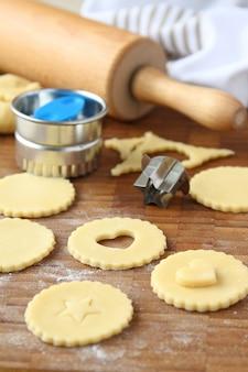 Selbst gemachte keksplätzchen knallen mit schokolade, prozess des backens