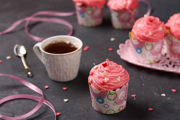 Selbst gemachte kleine kuchen mit sahne, konzept für valentinstag, geburtstag und muttertag