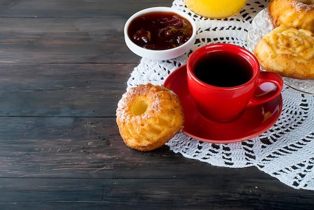 Selbst gemachte kleine kuchen mit starkem kaffee der schale