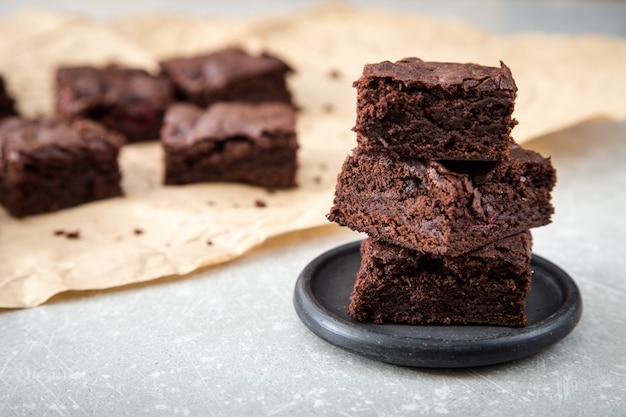 Selbst gemachte köstliche schokoladen-brownies. nahaufnahme schokoladenkuchen