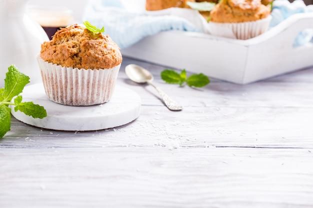 Selbst gemachte kokosnuss-zimt-muffins