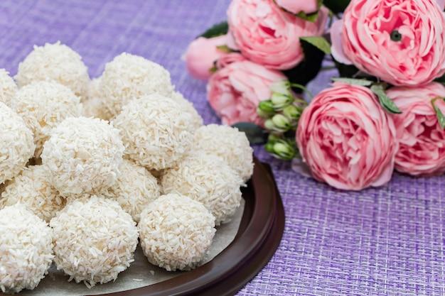 Selbst gemachte kokosnussbonbons auf einem lila hintergrund