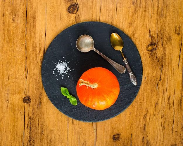 Selbst gemachte kürbissuppe auf rustikalem auf holz