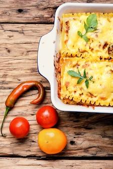 Selbst gemachte lasagne auf holztisch