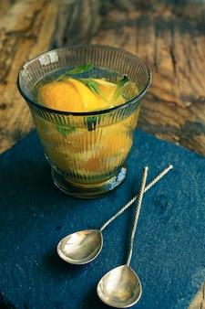Selbst gemachte limonade im glas auf tischdecke