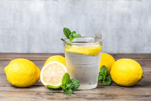 Selbst gemachte limonade mit frischer zitrone und minze