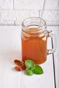 Selbst gemachte limonade von trockenfrüchten in einem glas auf einem leuchtpult.