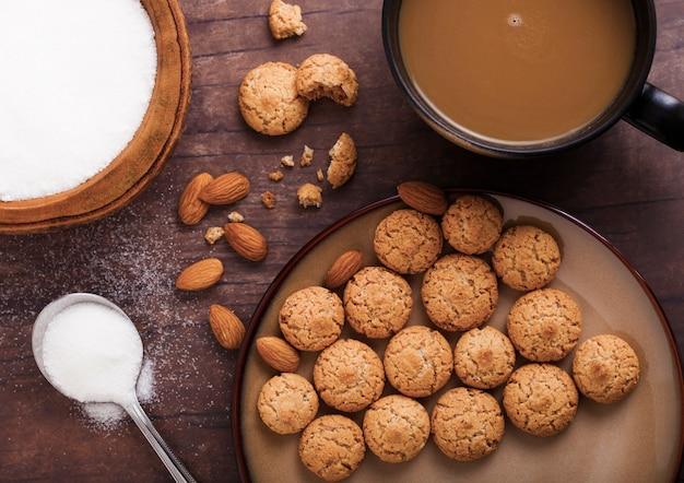 Selbst gemachte mandelkeksplätzchen mit cappuccino