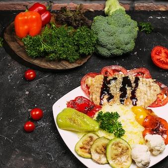 Selbst gemachte mexikanische hühnerburritoschüssel mit reis, bohnen, mais, tomate, zucchini, spinat. taco salatschüssel