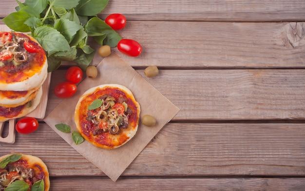 Selbst gemachte minipizza auf holz