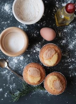 Selbst gemachte muffins auf schwarzer tabelle