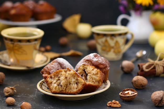 Selbst gemachte muffins mit äpfeln und nüssen, herbststillleben