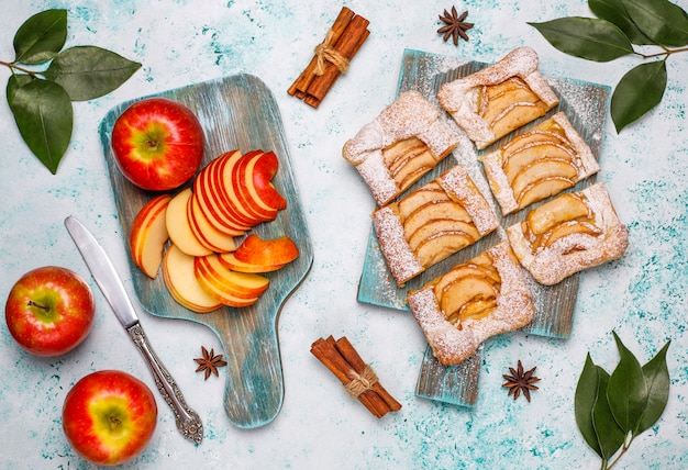 Selbst gemachte organische apfelblätterteigtorten mit den äpfeln essfertig
